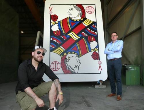 Un artiste construit un château de cartes en (VB) béton